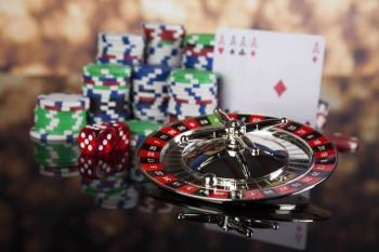 Rouletthjul, tärningar, spelmarker och spelkort